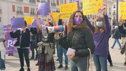 Cientos de mujeres desafían en Madrid la prohibición de marchar este 8M