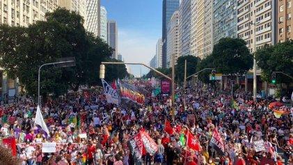 Decenas de miles de personas toman las calles de Brasil contra Bolsonaro