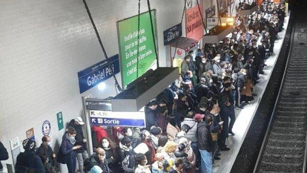 Cuando la irracionalidad manda: París cierra bares, pero el metro está abarrotado